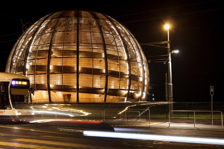 Globo Scienza Innovazione CERN Ginevra esterno notte