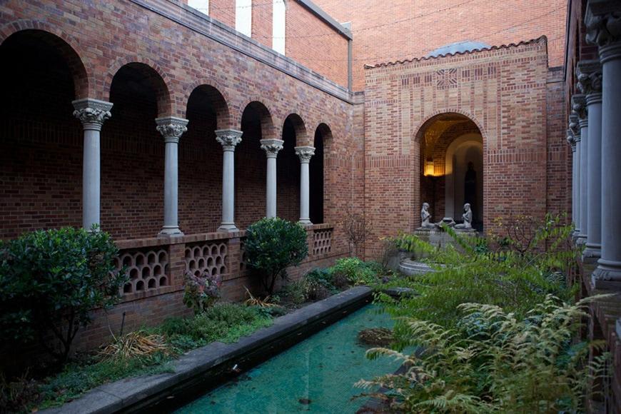 Jordan-Schnitzer-Museum-of-Art-Oregon-courtyard