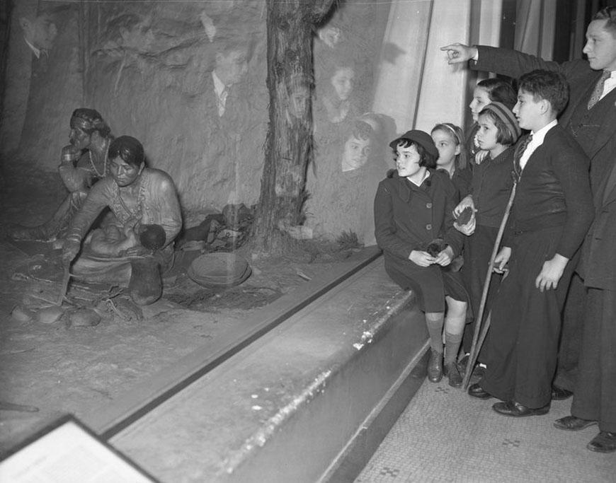 Children-watch-diorama-American-Museum-Natural-History-1937