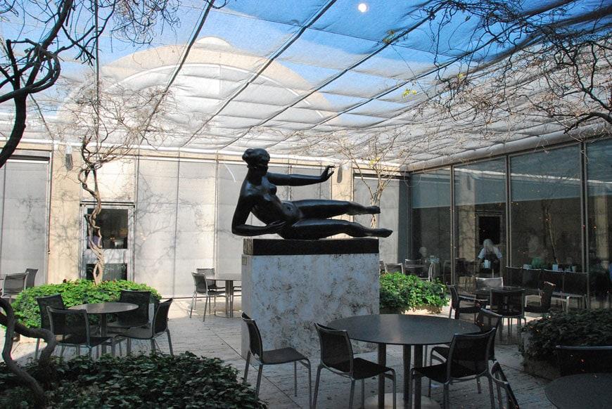 kimbell-museum-louis-kahn-building-courtyard