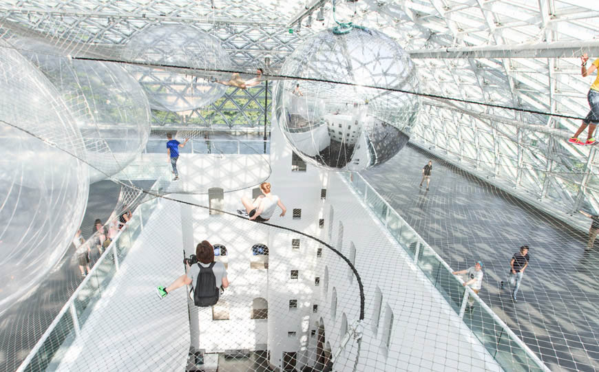 d sseldorf installation in orbit by tom s saraceno. Black Bedroom Furniture Sets. Home Design Ideas