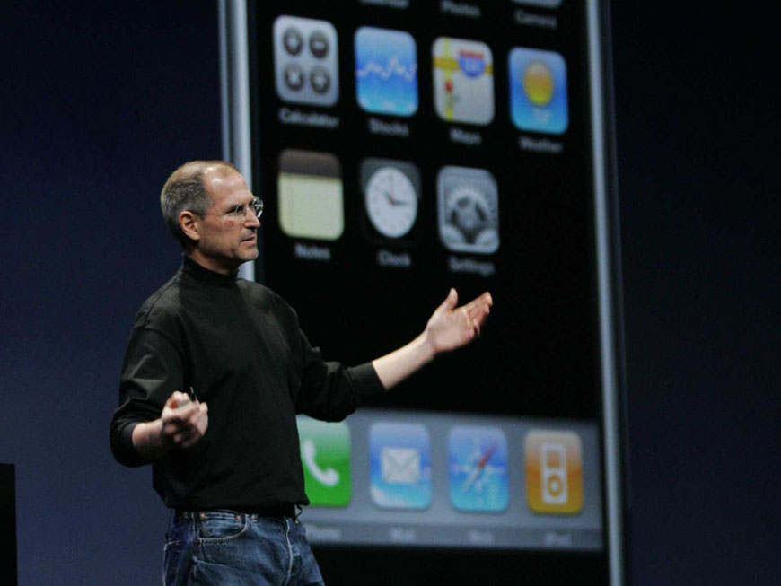steve-jobs-iphone-announcement-2007-2
