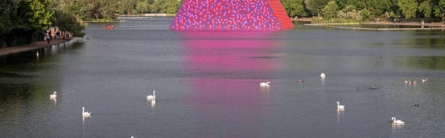 Londra   Christo installa una piramide galleggiante ad Hyde Park