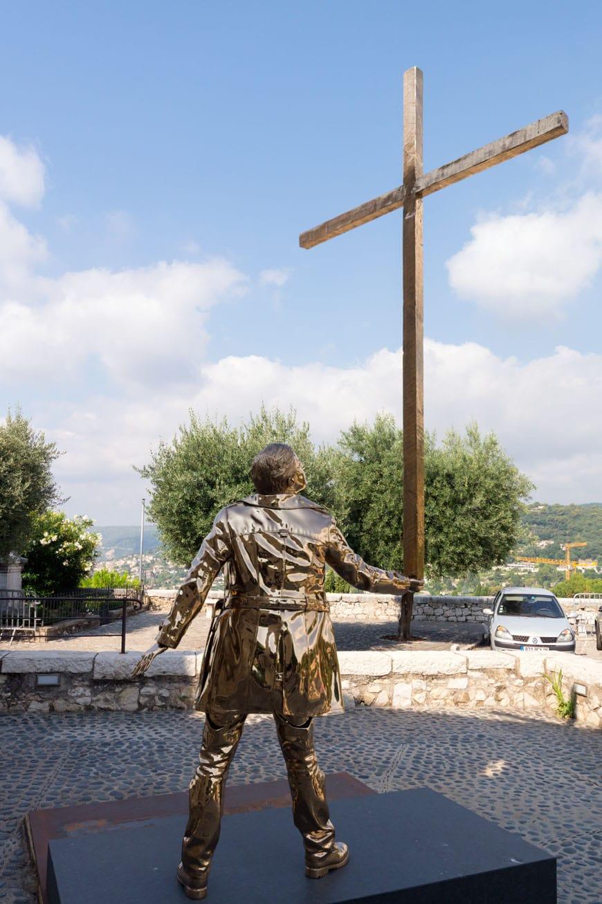 Jan Fabre, L'Homme qui porte la croix, sculpture Saint Paul de Vence Biennale Inexhibit 2