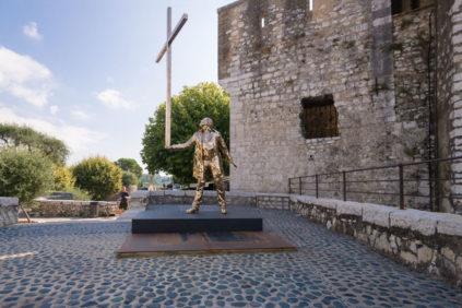Jan Fabre, L'Homme qui porte la croix, sculpture Saint Paul de Vence Biennale Inexhibit 3