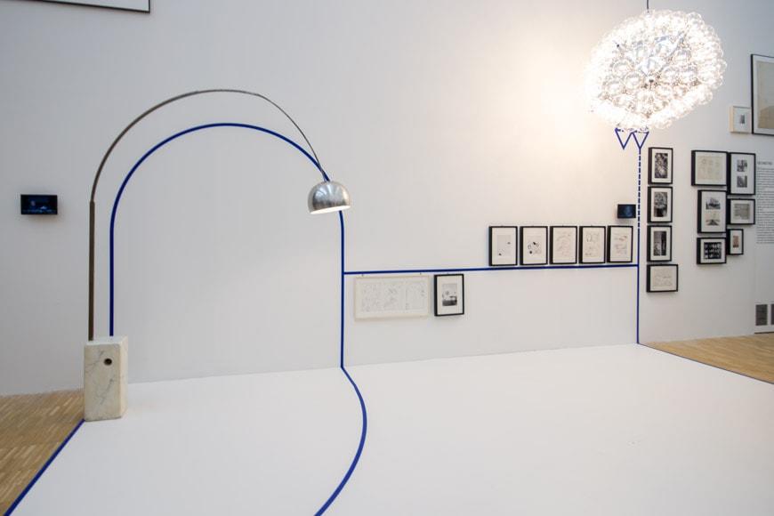 Triennale-a-Castiglioni-mostra-piano-primo-lampada-arco-Flos-inexhibit