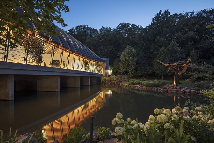 Crystal Bridge Museum of American Art, Moshe Safdie, exterior , di Suvero sculpture