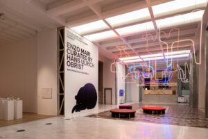 Enzo-Mari- Triennale Milano-foto Gianluca Di Ioia-ingresso-mostra