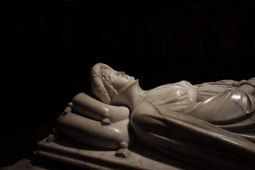Jacopo della Quercia-Tomb-of-Ilaria-del-Carretto-Lucca-Tuscany-Italy-detail-01-photo-inexhibit