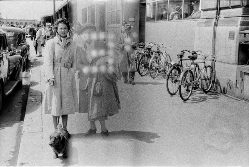 mistero rullino 70 anni leica, donna misteriosa con cane 1