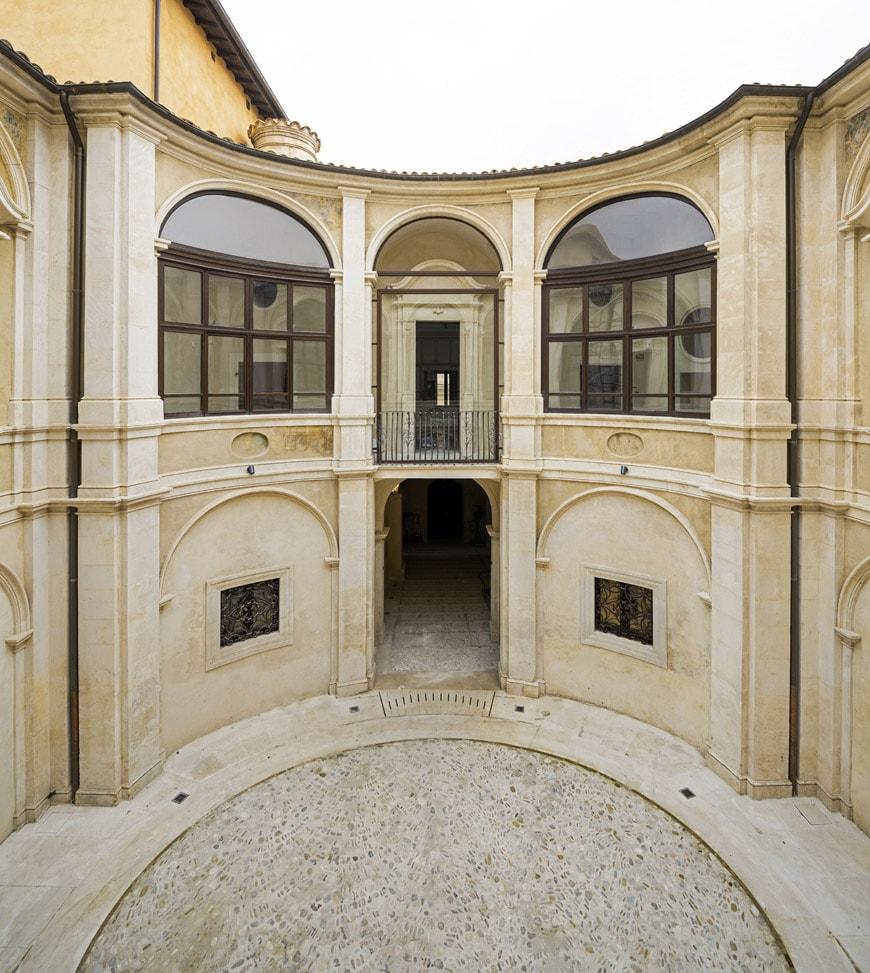 MAXXI-L'Aquila-Palazzo-Ardinghelli-Restaurato-corte-interna--photo-Andrea-JEMOLO