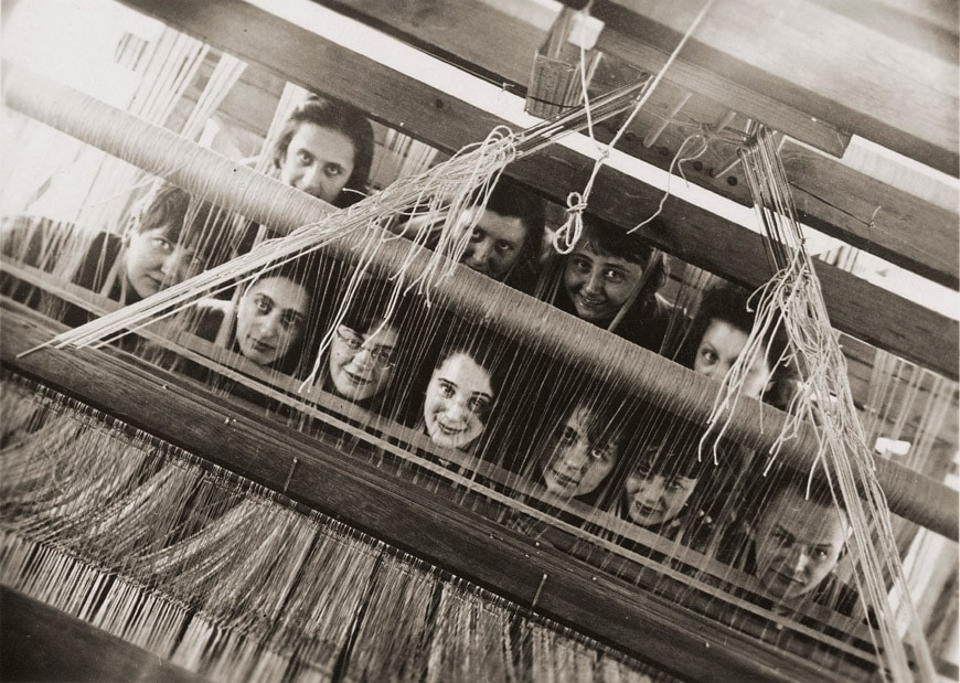 32-Vitra-Design-Museum-Women-In-Design-Bauhaus-portrait-weavers-behind-loom-1928